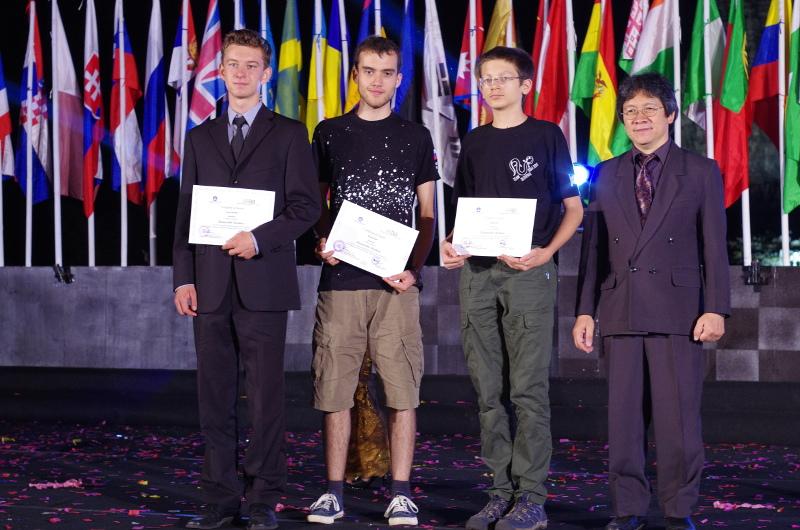 Prejemnika priznanj na 9. MOAA s predsednikom olimpijade. Foto: Tadeja Veršič